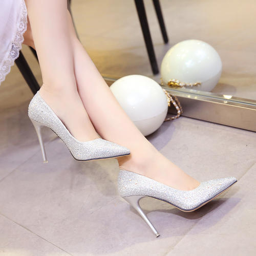 高跟鞋逛街,当然要选择细高跟,时尚街区的姑娘都这么穿