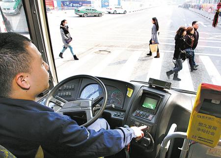 今早突发!深圳的一位公共汽车司机弯下腰去捡东西。悲剧发生了。