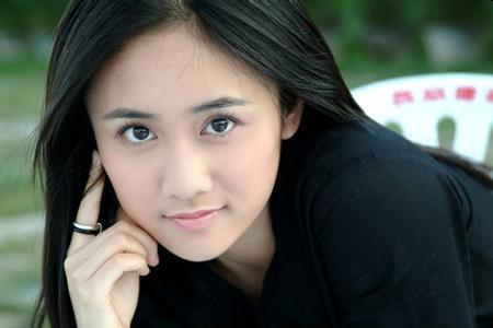 刘芸在机场扎起双马尾,年轻又漂亮,不像已经38岁!