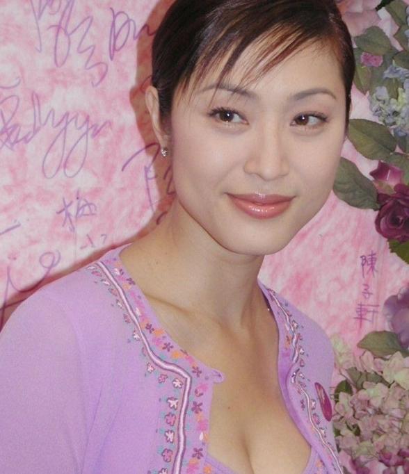 陈法蓉都53岁了,打扮时髦很年轻!