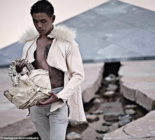 """印尼设计师造""""人骨手提包""""被骂人渣,称合法购买儿童脊椎后制作"""